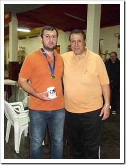 o campeão recebeu seu prêmio do presidente Sandin